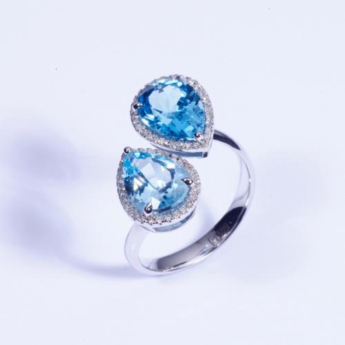 Кольцо из белого золота с топазами и бриллиантами