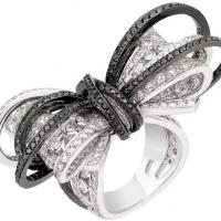 Модный дом Chanel в ювелирной коллекции Ruban эффектно обыгрывает контраст черного и белого.
