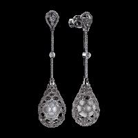 Тонкое кружево свадебного платья удачно дополнят украшения Di Pearl или сложносочиненные изделия с бриллиантами, которые вторят узору ткани.