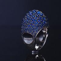Крупное кольцо от buzzard приковывает внимание своей оригинальной формой.