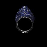 Внушительное, на первый взгляд, кольцо на руке выглядит органично, а углубления по бокам делают его очень удобным.
