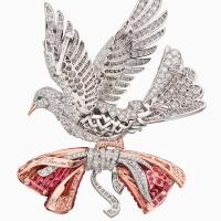 Дом Van Cleef and Arpels превратил эту трогательную традицию в модный тренд: ювелиры бренда начали модный сезон с коллекцией Le Secret (в переводе с французского - «Секрет»), в которой присутствуют несколько предметов со скрытыми от посторонних глаз признаниями в любви.