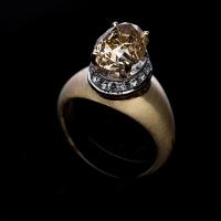 Желтое золото 750 пробы  Бриллиант fancy yellow весом 5,08ct,                                                             Россыпь бриллиантов классической огранки общим весом 0,65ct  Вес изделия 9,30 грамм